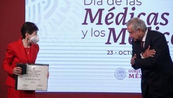 Entrega AMLO el Premio al Mérito Médico; reconoce al personal de salud en su día