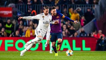 Messi y Ramos durante un Clásico de España