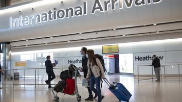 """Reino Unido analiza impulsar a nivel mundial """"pasaporte para vacunados"""" contra Covid-19"""