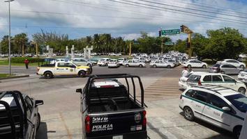 Acceso a la zona hotelera de Cancún es bloqueada por taxistas