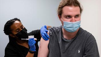 Ensayan tercera dosis de vacuna contra Covid-19 que resistiría variantes