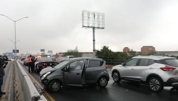 Auto se impacta contra camellón en la avenida Fidel Velázquez