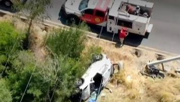 Conductora resulta lesionada tras impactarse contra un poste y volcar sobre Morones Prieto