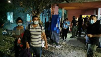 Autoridades rescatan 130 migrantes de un domicilio en Cadereyta