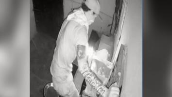 Elementos policiacos detienen a un hombre que pretendía robar un negocio de aparatos eléctricos en Monterrey