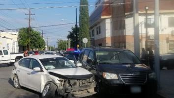 Conductor ignora alto y se impacta contra un vehículo entre calles Carlos Salazar y Agustín Melgar